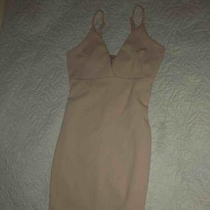 Elegant fin klänning från bikbok, HELT NY! slits baktill och trekants framtill. Priset är prutat och klart 150kr+ frakt! Ps: den är galet snygg på! Säljes pga platsbrist.
