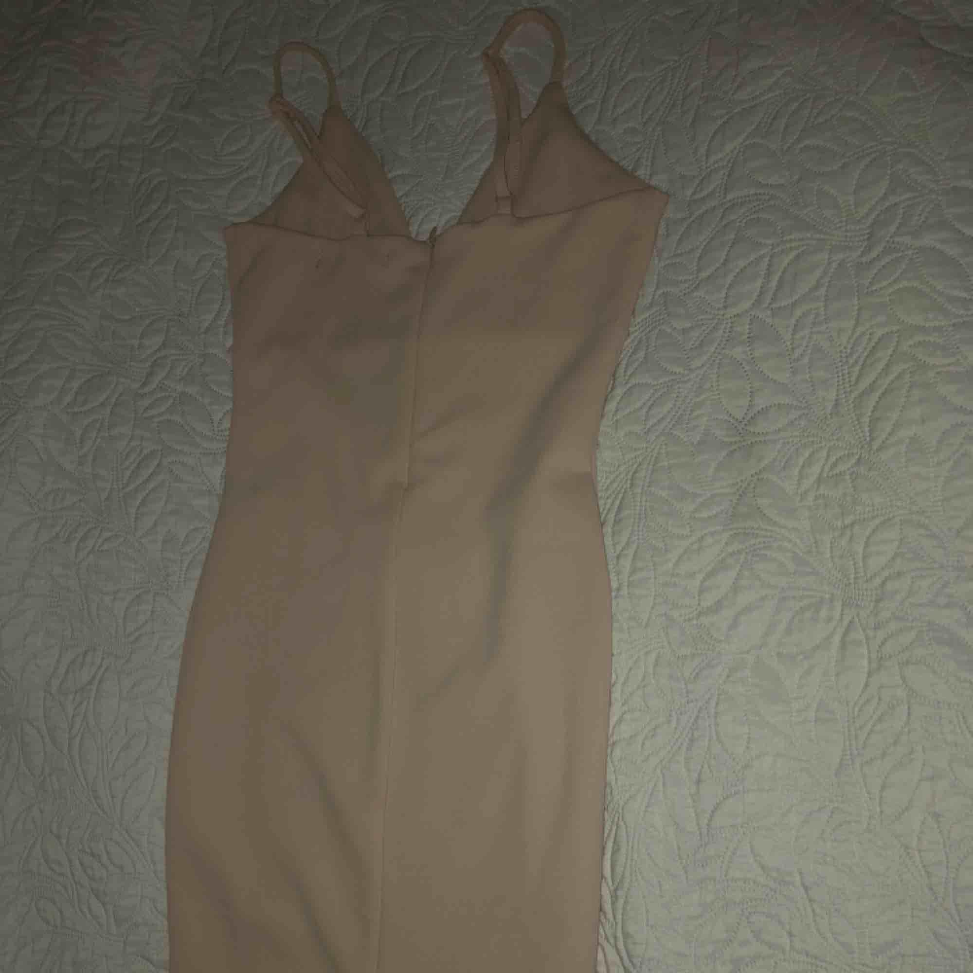 Elegant fin klänning från bikbok, HELT NY! slits baktill och trekants framtill. Priset är prutat och klart 150kr+ frakt! Ps: den är galet snygg på! Säljes pga platsbrist.. Klänningar.