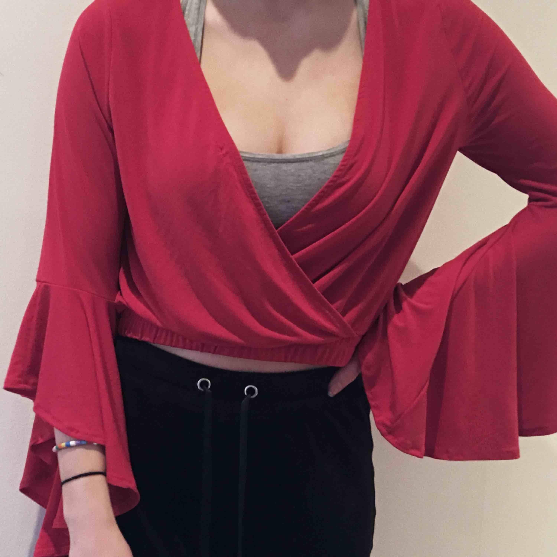 Jätte fin tröja från Gina tricot med stor urringning och utsvängda armar. Använd 1 gång. . Toppar.