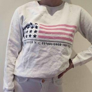 Mysig tröja från Gina tricot med tryck på framsidan. Oanvänd.