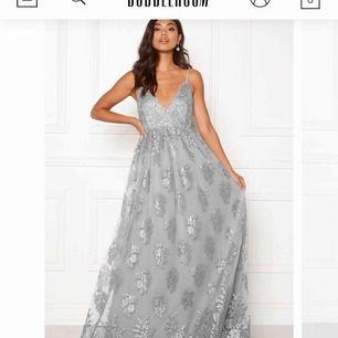 Säljer en helt oanvänd balklänning i från bubbleroom