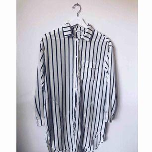 Lång skjorta med en bröstficka samt 2 fickor på sidan som knappt synt (jag vet vad du tänker; sjukt praktiskt!). Använd ett antal gånger men fortfarande i mycket fint skick.
