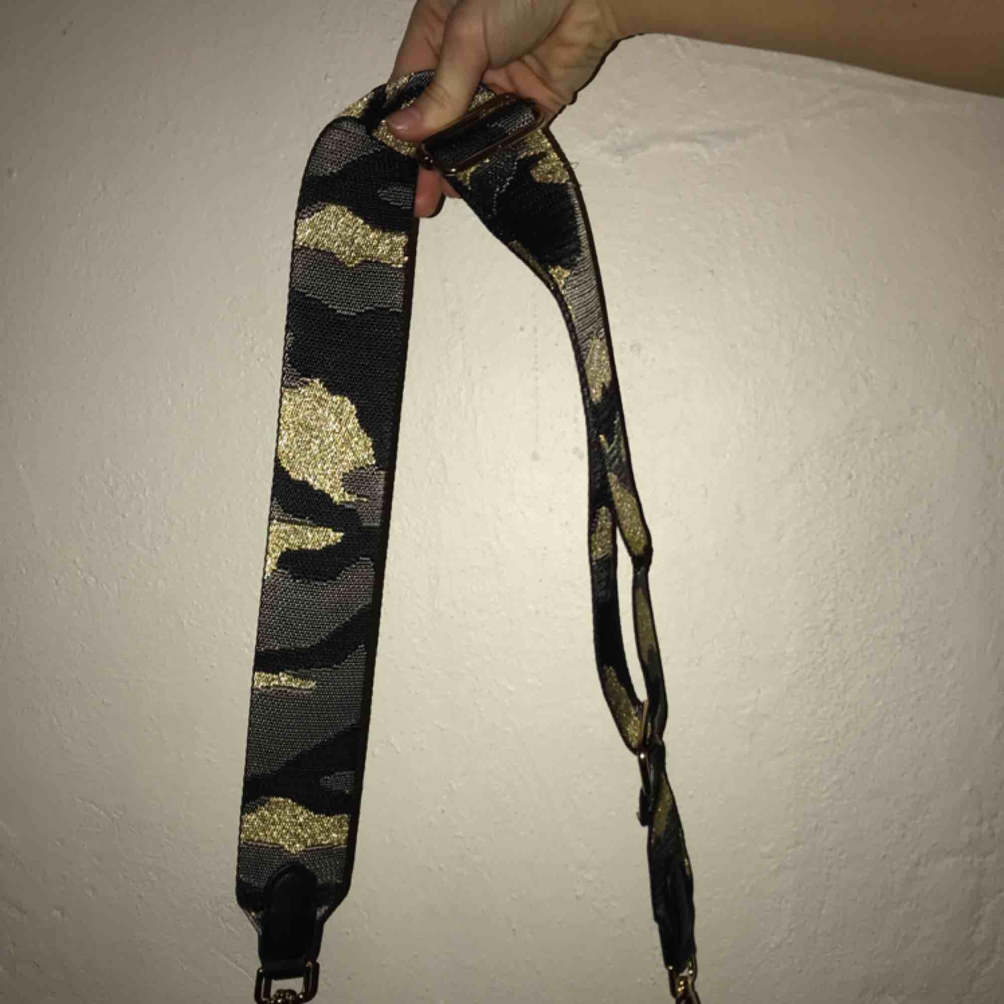 Ett camoflage band till väska (väska medföljer ej). Hör av er vid intresse!🌸 (Swish) frakt ingår. Övrigt.