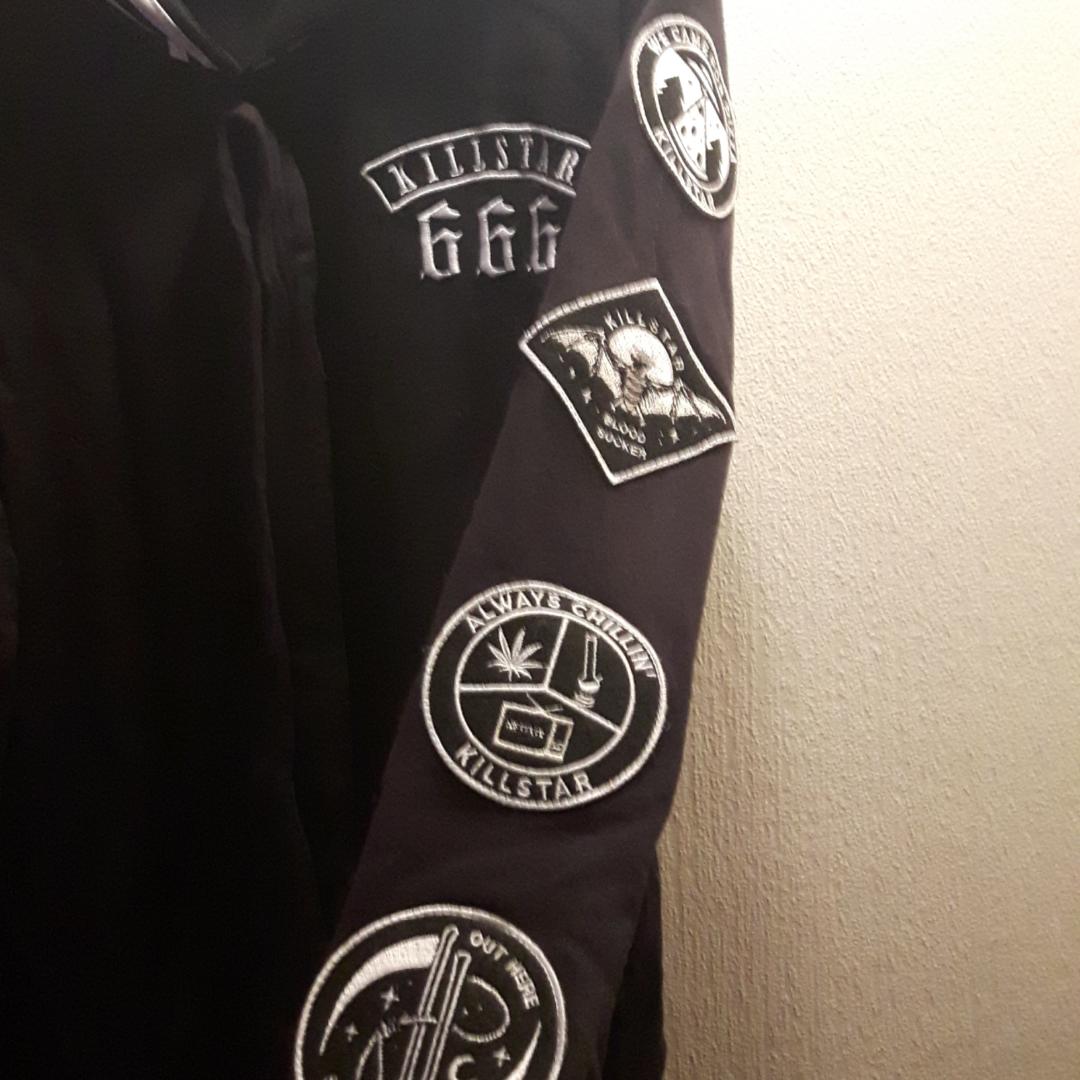 Hood från Killstar! Använd en endast en gång. Flera patches på armarna. Luva och snörning som slips eller rosett. 💜  Frakt tillkommer vid köp!   . Huvtröjor & Träningströjor.