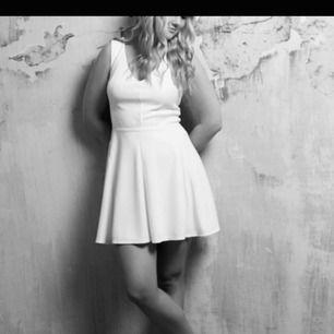 Perfekt till studenten! Vit klänning från Asos, ribbat tyg. Storlek 38, använd 1 gång. Som ny ✨ 75kr (frakt står köparen för)