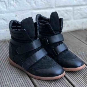 Sneakersklackar ifrån NLY Shoes. Använda en del men är i fint begagnat skick. Tecken på användning är slitningar runt där kardborrebandet viks. Storlek 40.   Skickas spårbart för 63kr.