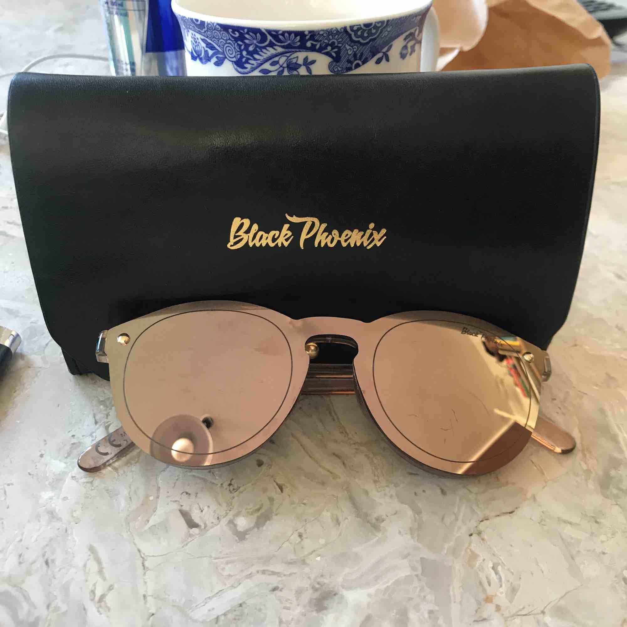 Solglasögon från Black Phoenix. Roseguld. Accessoarer.
