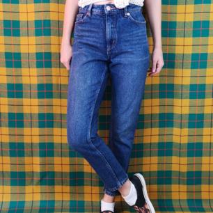 Skitsnygga monkijeans i storlek 26, modellen har en halvhög midja och är lite kortare i benen. Jag själv är cirka 170 cm lång och brukar ha xs i storlek. Midjan mäter cirka 72 cm. OBS! färgen är lite lite mindre blå i färgen i verkligheten. Frakten för dessa jeans ligger på 63 kr, samfraktar gärna! 😌👍 (mer fraktkostnad kan tillkomma vid köp av flertalet varor)
