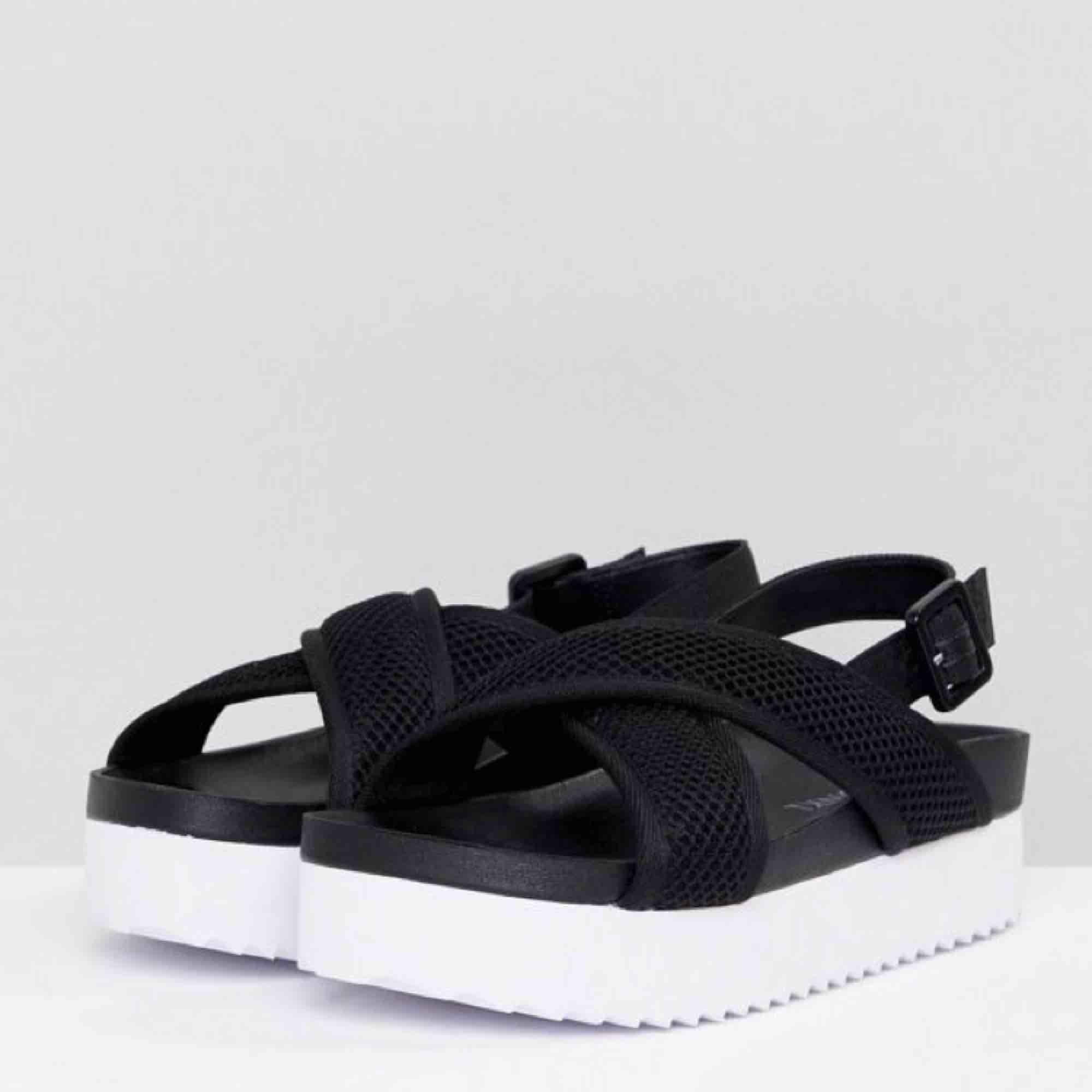 Helt oanvända platform sandals sandaler från Monki! Supersköna men för stora för mig!! Frakt 35! 🔥. Skor.