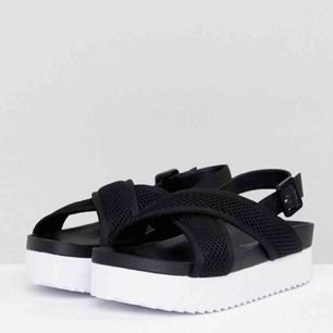 Helt oanvända platform sandals sandaler från Monki! Supersköna men för stora för mig!! Frakt 35! 🔥