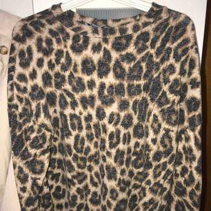 Skön leopard tröja ifrån Zara. Använd en gång.