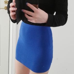 Tight blå kjol från H&M Basic. Lite använd och i gott skick! Köparen står för frakt 🌷💮