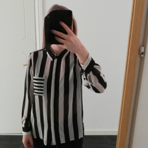 Svartvitrandig, liite genomskinlig skjorta från Cubus. Storlek 158 men passar även en XS-S. Jag som bär skjortan på bilden har storlek S. Använd men i gott skick! Köparen står för frakten 🌷💮