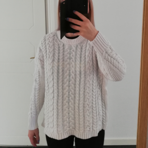 Stickad vit tröja i väldigt gott skick! Varm, fin och mysig tröja som passar en S-M. Köparen står för frakten 🌷💮