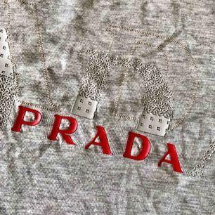 En mycket snygg PRADA t-shirt i st M  100% bomull Beg men i bra skick!  Kan skickas mot fraktkostnad.  Har swish