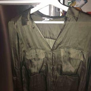 Basic blus från HM, färg khaki grön