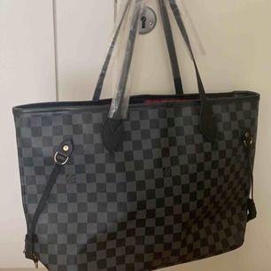Jätte snygg, rymlig Louis Vuitton väska. Såklart inte äkta men det är en riktigt bra kopia. Helt ny & oanvänd. Pris kan disskuteras vid snabb affär. Köparen står för eventuell frakt!