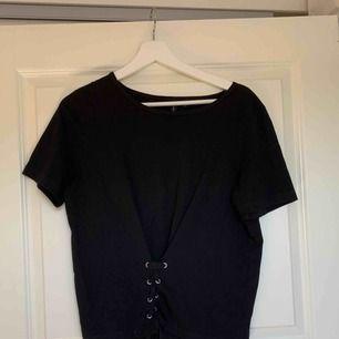 Svart t-shirt med korsett fram från Veromoda Använd en gång