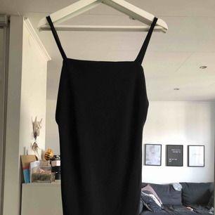 Oanvänd kort svart klänning från Bohoo. Liten i storleken, som S.