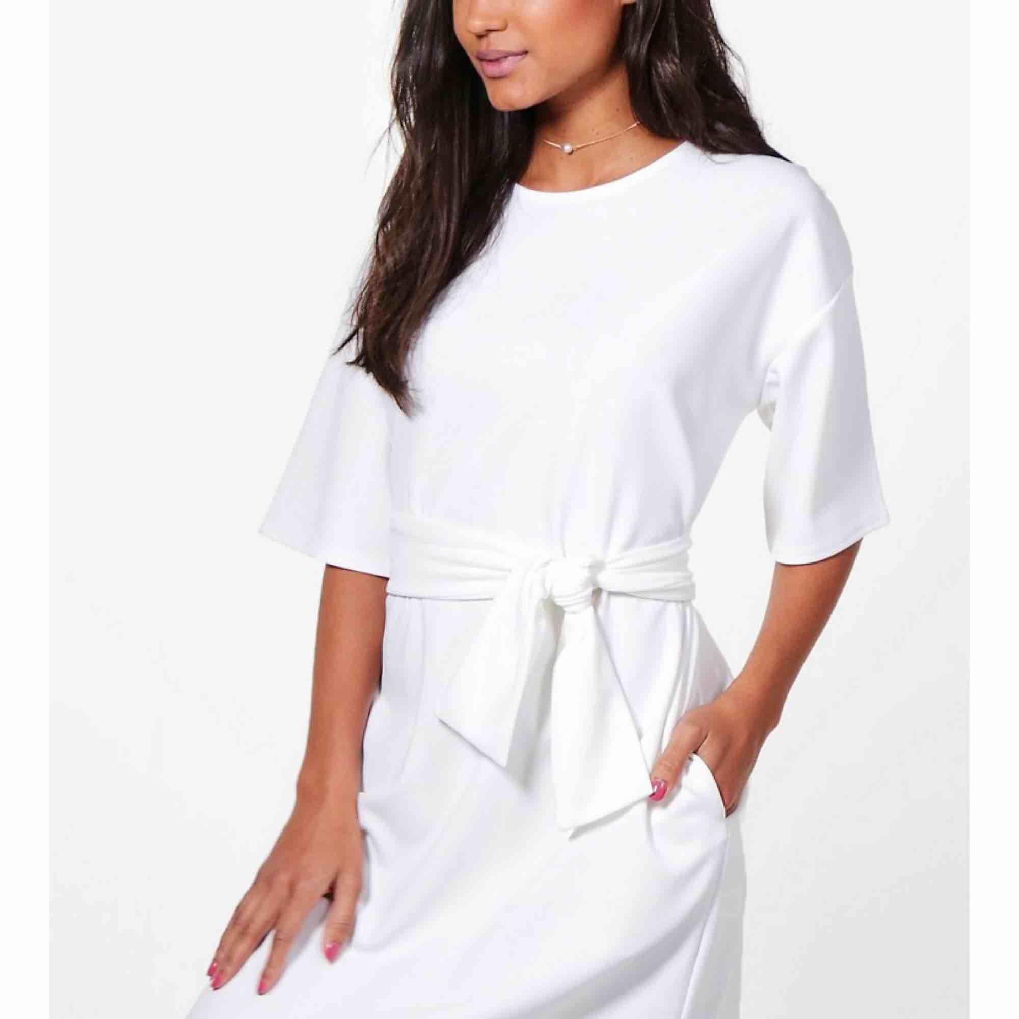 Vit klänning som passar perfekt till skolavslutning eller student! Aldrig använd pga fel storlek. Det är storlek 40 men mer som en 38! . Klänningar.