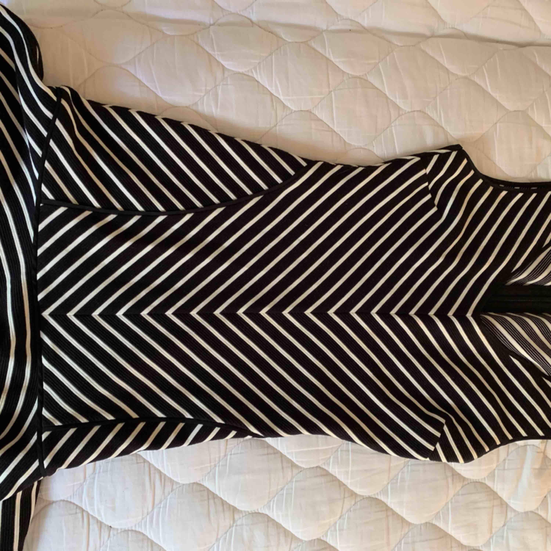 Juicy couture klänning!! Sååå fin!!! Tight upptill med lite volang nedtill. Size M. Använd en gång på en fest.  Köptes för ca 1800kr. Klänningar.