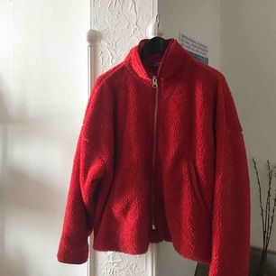 Klarröd vacker Weekday-Fleece i toppskick. Jag är en medium men har denna lite oversize vilket är så snyggt. Perfekt för majväder och så mysig ljumma sommarkvällar 🍓Orginalpris 600 ! 🍓