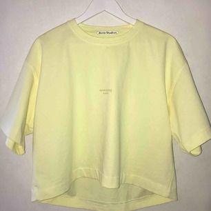 Croppad t-shirt från Acne Studios köpt för 5 månader sedan i modellen Cylea. Endast använd 2-3 gånger så i väldigt bra skick. Nypris 1400 kr