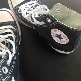 Fräscha svarta höga converse köpta här på Plick! Säljer då de är för små för mig:( Frakt: 90kr