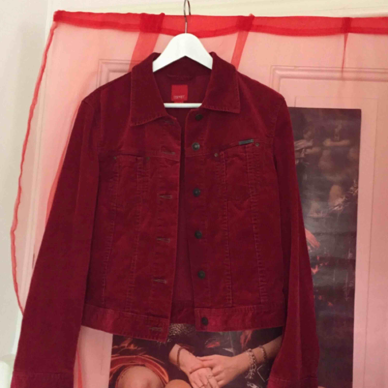 Finaste röda manchesterjackan 🌹 Helt otroligt vacker faktiskt men används för sällan. Rosenbladsröd och jätteskönt material. Ljuvlig vårjacka 🌾. Jackor.