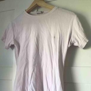 Ljusrosa, tajt, t-shirt från Björn Borg. Tajt modell så skulle säga att den är mer som en XS/S än en M, köpt second hand men i bra skick! *Frakt på 36kr medräknat i priset*