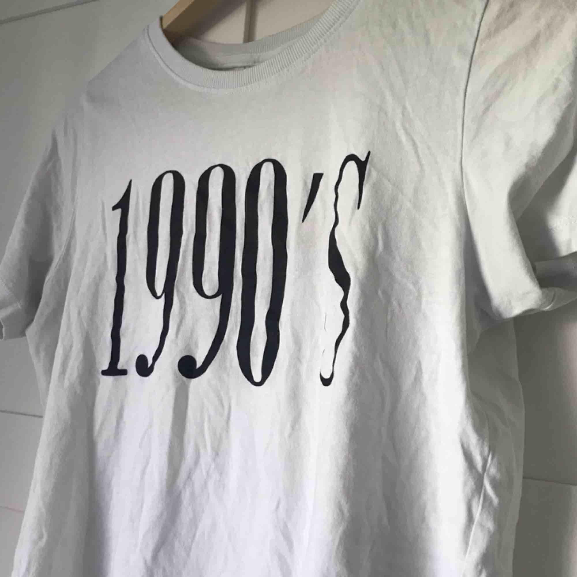 Vit t-shirt med tryck från Gina Tricot. Använd ca 5 ggr men i bra skick! *Frakt på 36kr ingår i priset*. T-shirts.