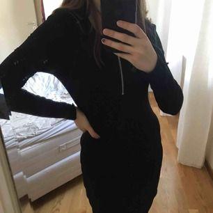 Svart, ribbstickad klänning till knäna (Jag är 163 cm) med en dragkedja vid halsringen. Använd x antal gånger men i bra skick! *Frakt på 54kr ingår i priset*