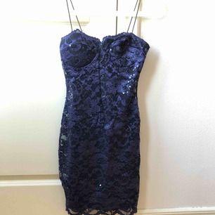 Mörkblå figursydd klänning med paljetter från Nelly. läs min beskrivning för mer info <3