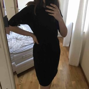 Tajt, ribbstickad, knälång klänning (Jag är 163cm) med 3/4 ärmar. Använd x antal gånger, men i bra skick! *Frakt på 54kr ingår i priset*