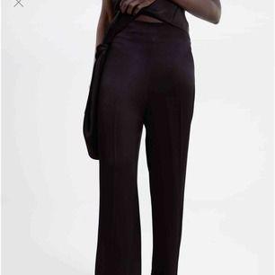 svarta långa lösa byxor i satäng från zara! jättefint skick, bara använda två gånger. passar de flesta längder upp till 180 ungefär!