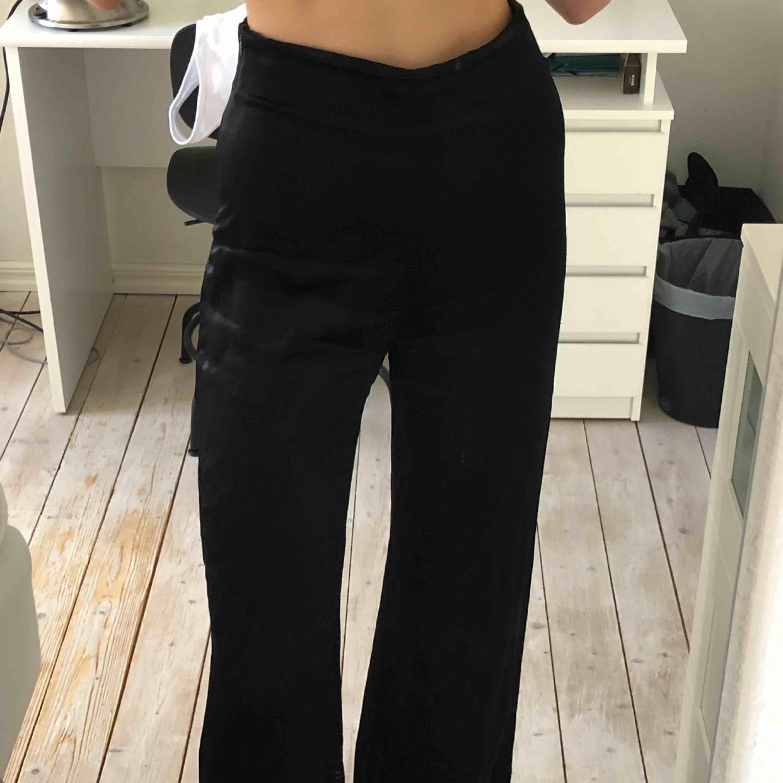 svarta långa lösa byxor i satäng från zara! jättefint skick, bara använda två gånger. passar de flesta längder upp till 180 ungefär! . Jeans & Byxor.