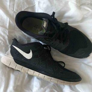 Svarta Nike Freerun 5 i strl 38 som numera är för små. Passar både att träna i och som vardagsskor. Använda i ca 1 år men ändå i bra skick förutom liite färgskav fram vid tån. Köparen står för frakt