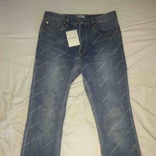 Sjukt unika jeans med Balenciaga tryck (kopia) säljes pga för stor storlek. Midjan är 40cm/80cm i omkrets. Passar för både tjejer och killar! FRI FRAKT!