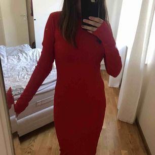 Lång, tajt, röd klänning från Carin Wester (jag är 163cm lång). Använd 3 gånger så i extremt bra skick! {Orginalpris 599kr} *Frakt på 54kr ingår i priset*