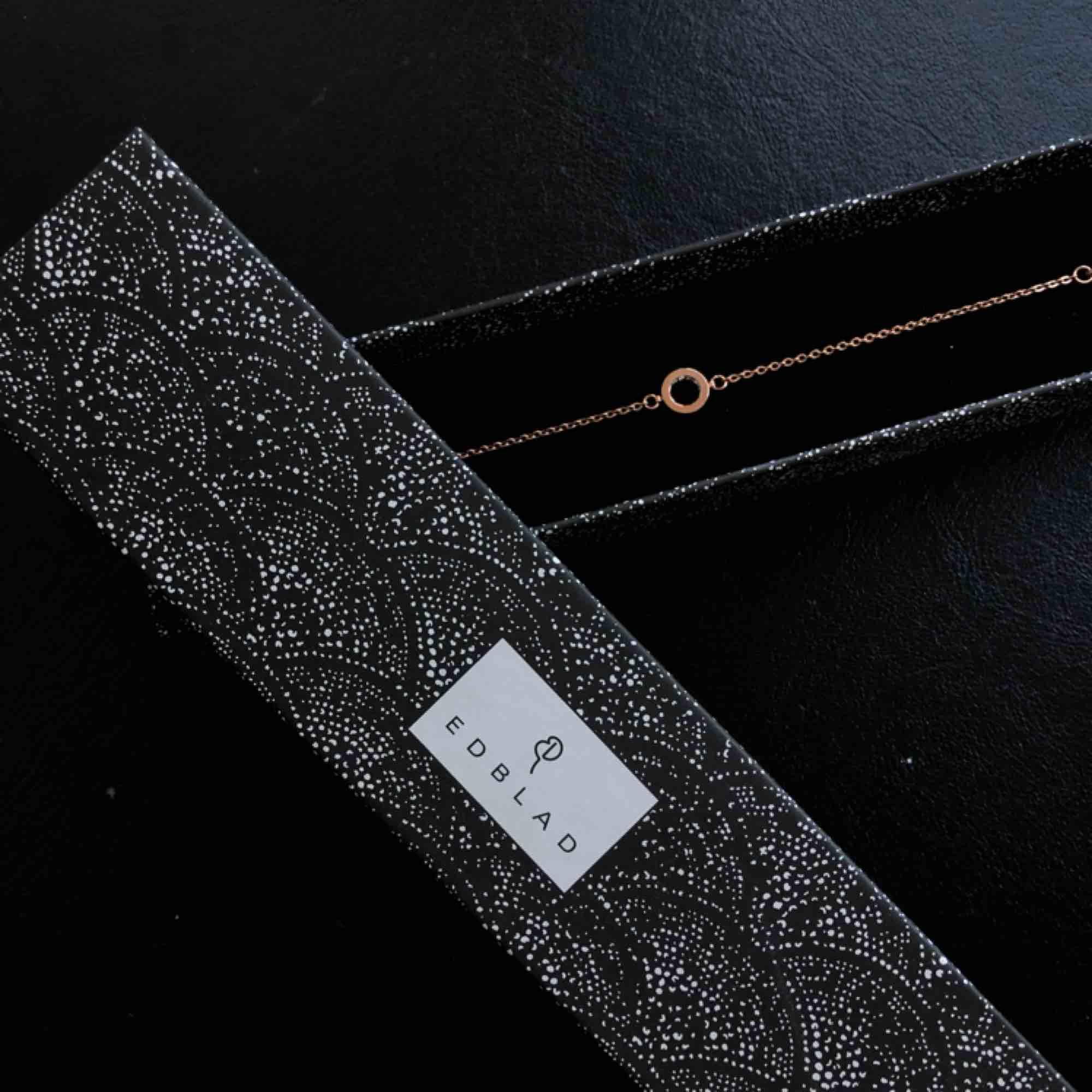 Fint armband i roséguld från Edblad jag fick i studentpresent. Säljer pga använder ej armband. Inuti den lilla ringen är det små diamanter-ish. Accessoarer.