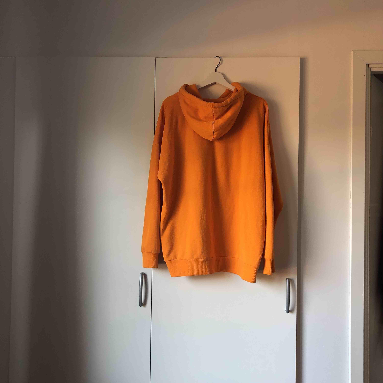 Mysig oversize hoodie från bikbok  Köparen står för frakt . Huvtröjor & Träningströjor.
