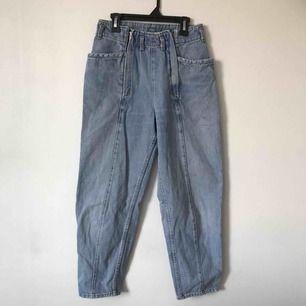 Kortare jeans som sitter jätte snyggt på vid rumpan. Köpt second hand så vet inte vad det är för märke. Cool detalj med två dragkedjor i fram. Passar en S eller liten M🦋 Möts upp i Gävle eller fraktar för 72kr