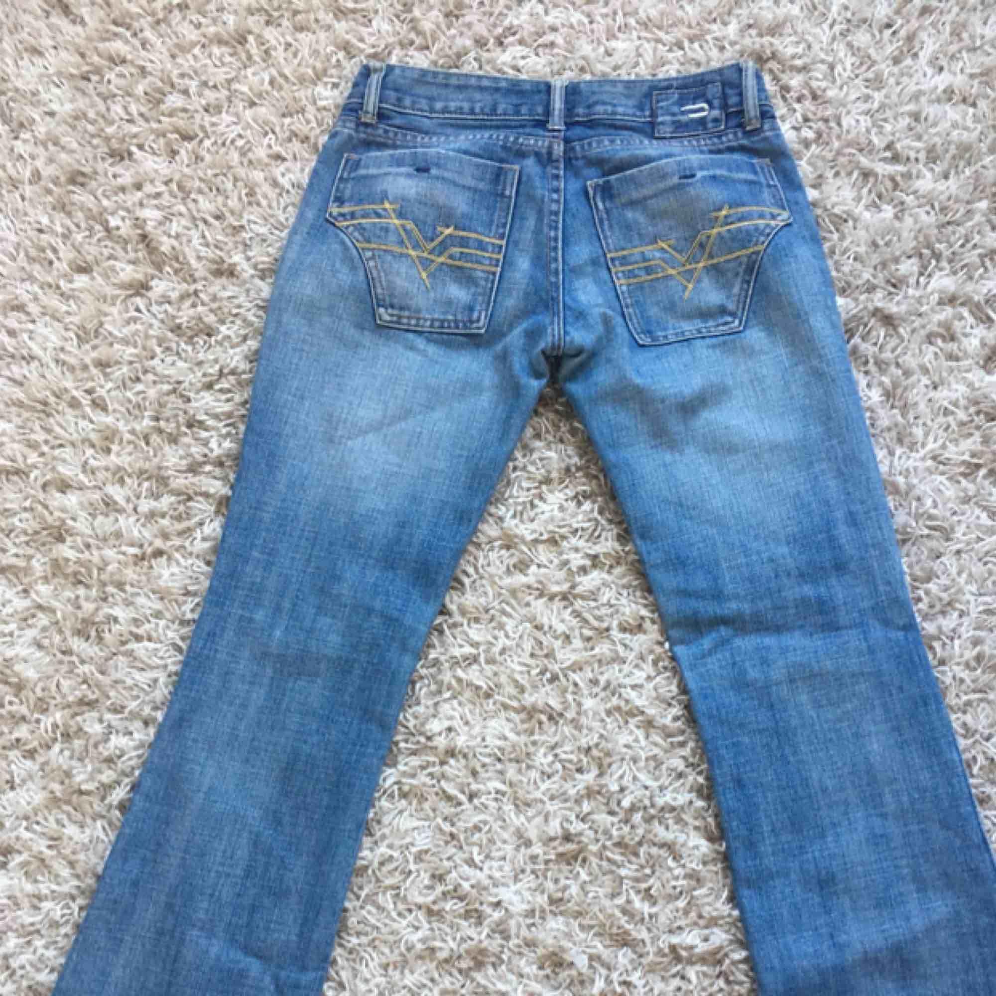 Snygga utsvänga jeans, köpta secondhand. Säljer pga för små för mig. Köparen står för frakten!. Jeans & Byxor.