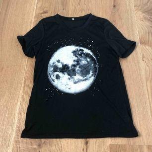 Svart T-shirt med grymt tryck. Säljer pga för stor. Passar XS om man vill ha oversize. Annars S-M. Aldrig använd.