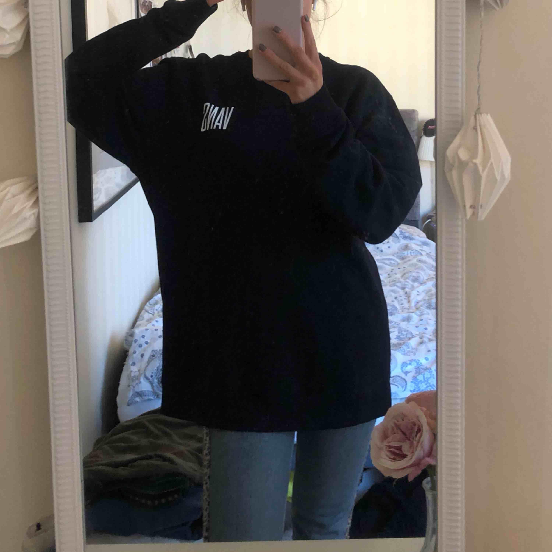 Skitsnygg tröja från vans. Väldigt sparsamt använd.  Rätt stor på mig som är en S vanligtvis men jag älskar oversized tröjor och då är denna perfekt! Kan mötas upp i Västerås annars får köparen stå för frakten!  Pris kan diskuteras vid snabbt köp 🥰. Tröjor & Koftor.