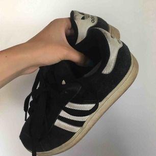 Sneakers från adidas, dem är något slitna och smutsiga som ni ser på bilderna därav det låga priset