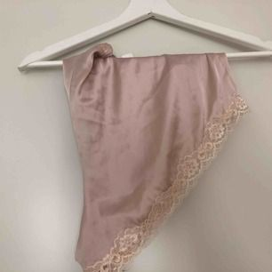 Pyjamas-shorts i satin. Aldrig använda. Prislapp kvar   Kan mötas upp i Kalmar, annars står köparen för frakt på 39 kronor. Ansvarar inte för Postnords slarv.