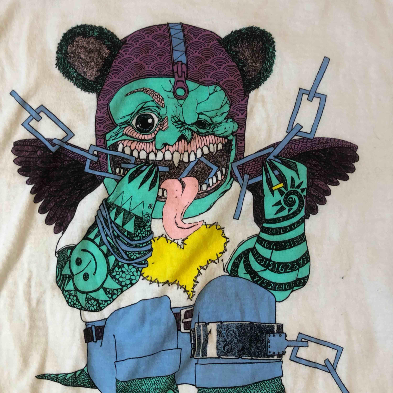 Cool tröja från Nudie Jeans Co. Köpt för ca 400-500 kr. Snyggt oversized på er som är XS-M också! Säljes pga har alldeles för många oversized t-shirts haha! Kan mötas upp i Västerås annars står köparen för frakten 🥰. T-shirts.