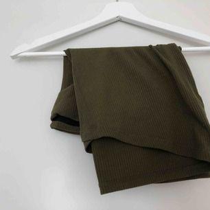 Oanvänd kjol. Endast provad.   Kan mötas upp i Kalmar, annars står köparen för frakt på 39 kronor. Ansvarar inte för Postnords slarv.