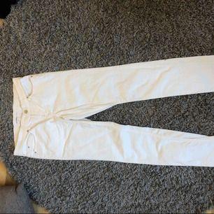 Vita skinny jeans från Gina Tricot. Aldrig använda pga inte min stil!  Kan mötas upp i Västerås annars står köparen för frakten 🥰